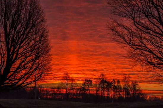 Hearthstone Inn : Beautiful sunrise seen from the room