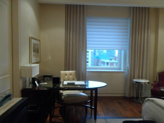 The Ritz-Carlton, Montreal: Desk with city view