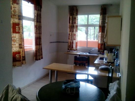 Apartamentos Alta: Sehr funktionale Küche mit Wohnbereich davor(hier nicht sichtbar)