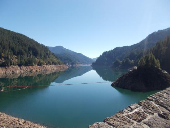Terwilliger Hot Springs: Reservoir on the way to hot springs