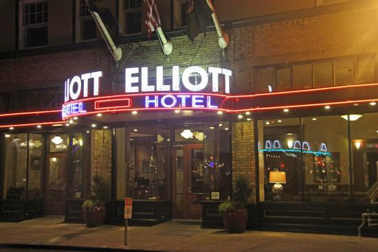 Hotel Elliott: Outside at night--neon!