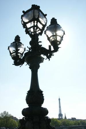 París, Francia: Paris. Pont Alexandre-III. Candélabre en contre-jour & Tour Eiffel.