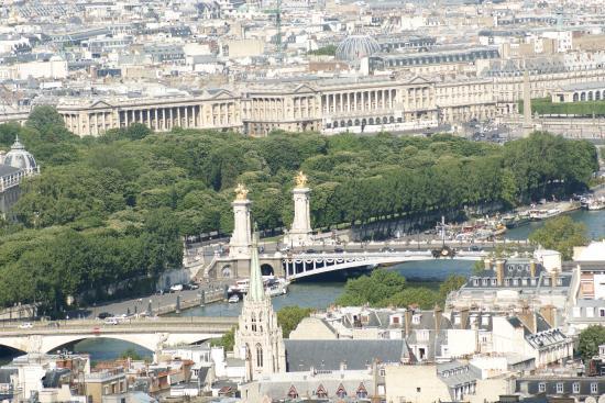 Παρίσι, Γαλλία: Paris. Pont Alexandre-III, Cours la Reine, Quai d'Orsay depuis la Tour Eiffel.