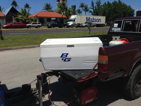 Mosa's Joint, トラックの荷台にあるクーラーボックスからドリンクを自分で選べる