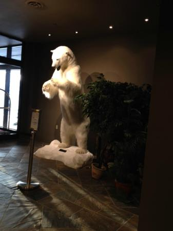 Explorer Hotel : Full size polar bear in the Lobby
