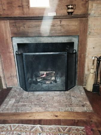 The Old Inn on the Green: Comfy fireplace in our room