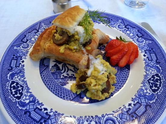 Garden Wall Inn: Scrambled egg with shrimp and mushroom on a puff pastry