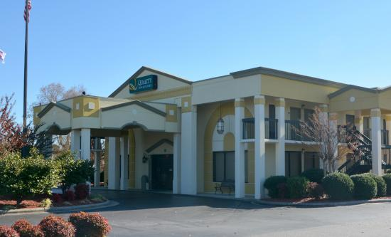 Quality Inn & Suites: Centrally located for shopping, dining etc