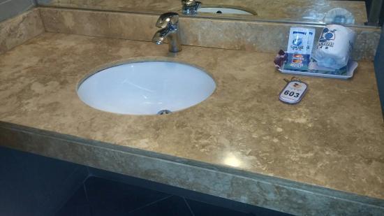 Guarda Para Baño Easy: : Detalle de grifería monocanal del baño en habilitación simple