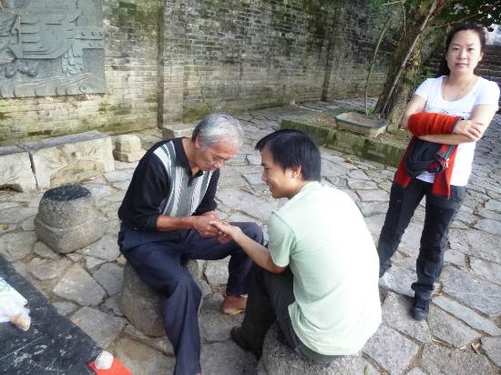 Yangmei Ancient Town: Palm reader