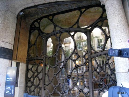 Casa Mila - La Pedrera: Iron glass door