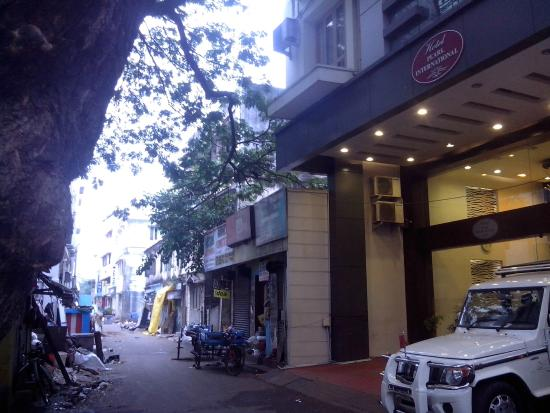 FabHotel Pearl: Slum front of hotel