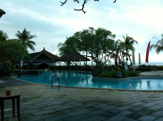 Grand Balisani Suites: The pool area