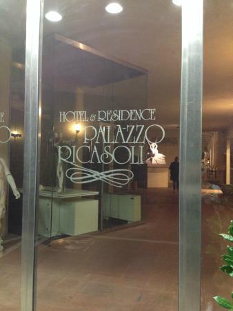 Palazzo Ricasoli Residence: Front door