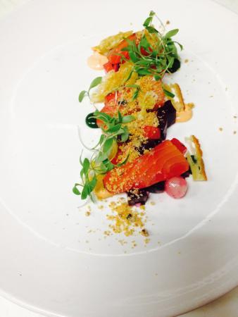 Chez Lionel : Gravlax de saumon à la betteraves, oignons perles, crème sûre chipotle et purée de persil simple