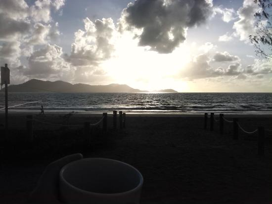 Beachcomber Coconut Holiday Park: sinrise view of dunk island (literally out the front of park)