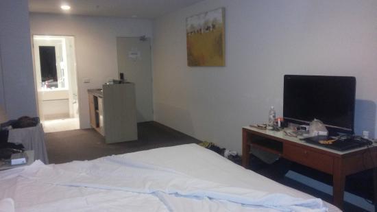 Park Regis Griffin Suites: Entrance and counter