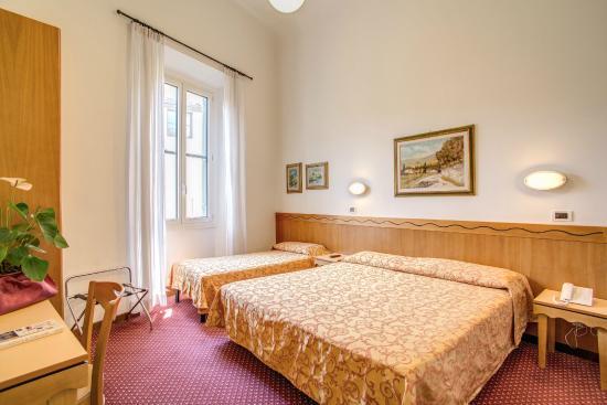 Hotel Nuova Italia: Camera matrimoniale /tripla