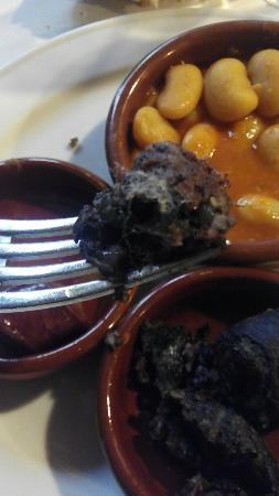 Restaurante Duque: Morcilla menú degustación con pelusa blanca en el interior