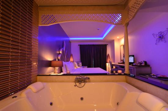 Jacuzzi in the room picture of chillax resort bangkok for Salle de bain avec jacuzzi