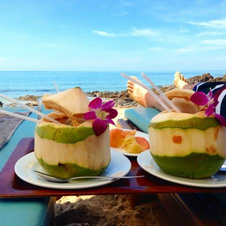 Narima Bungalow Resort: Coconuts on the beach