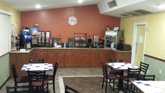 Howard Johnson Phoenix Airport/Downtown Area : Complimentary breakfast area