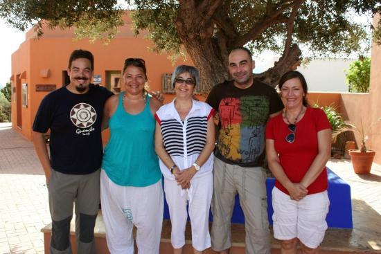 Hotel de Naturaleza Rodalquilar Spa Cabo de Gata: Dentro de las instalaciones, junto a un olivo precioso con un grupo de amigos y su directora