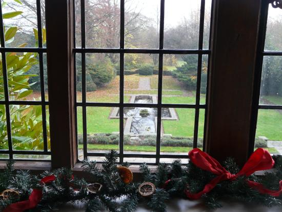 Goddards House and Garden: The view from the lounge