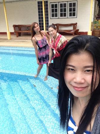 Lunar Hut Resort: สระว่ายน้ำกะเพื่อนๆ