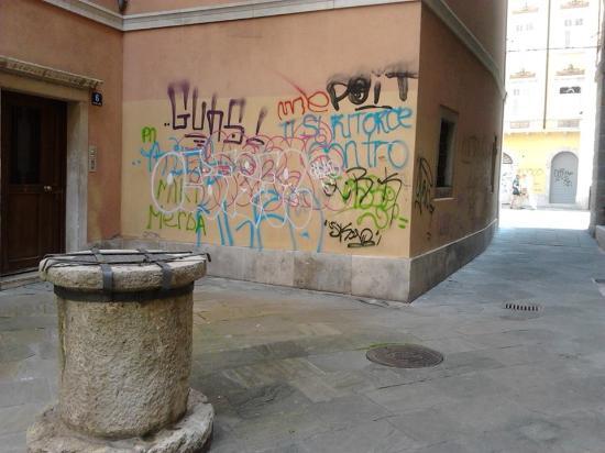 Citta Vecchia (Old City): Una dei tanti angoli di Cavana rovinati dai vandali