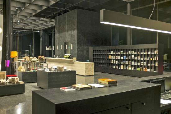 Andelsbuch, Österrike: Empfang, Mitgliederwand und Shopbereich