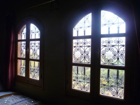 Hotel Awayou: Beautiful windows with view to the hills