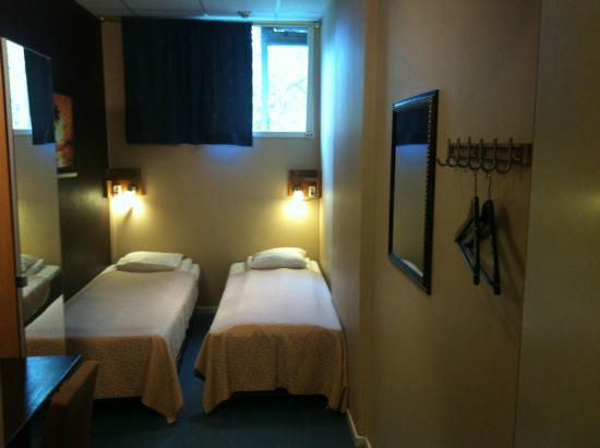 Vanadis Hotell & Bad: Twin room with shared bathroom and with incoming daylight