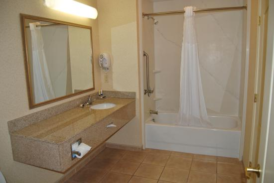 Red Roof Inn and Suites: Bathroom