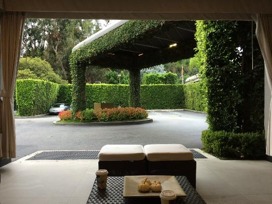 Luxe Sunset Boulevard Hotel: Outside sitting area at Lobby entrance