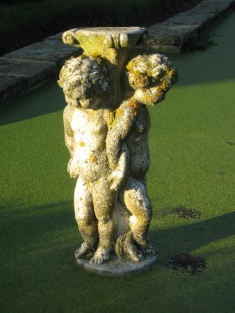Thurnham Keep Country House B&B: Garden sculpture