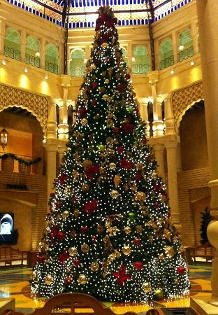 Argosy Casino Hotel & Spa Kansas City: 30'+ Christmas Tree in foyer makes a statement