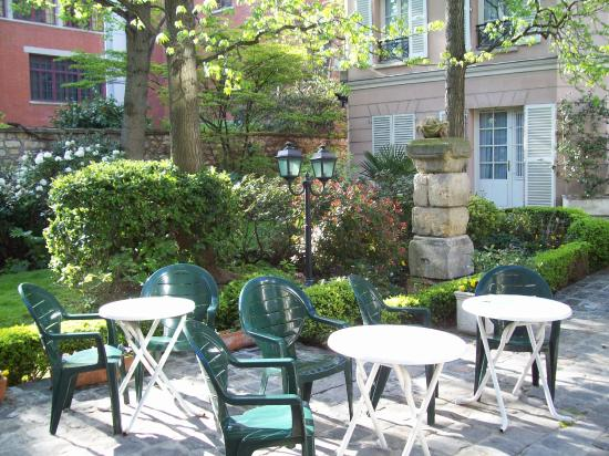 Hotel des Grandes Ecoles: Part of courtyard and garden