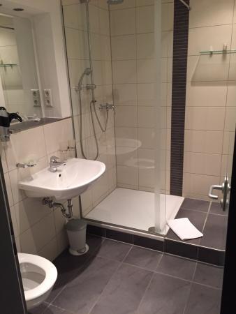 Hotel Villa Bassermann: Sauberes und ausreichend großes Bad.