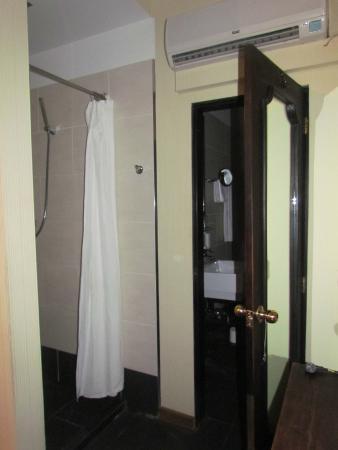 Hotel Aviv Dresden: versteckte Duschnische ausserhalb des Bades