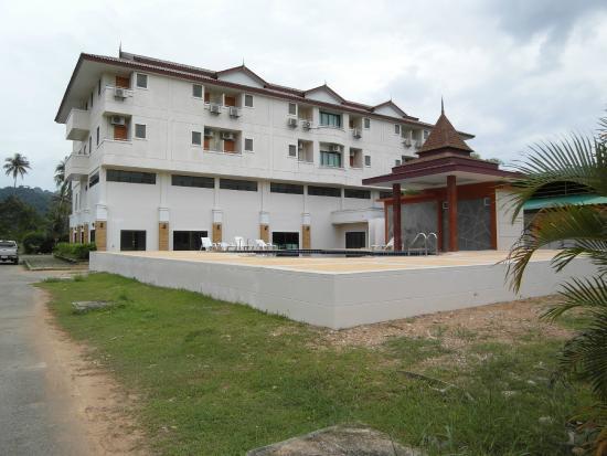 Diamond Place Hotel: Отель и бассейн