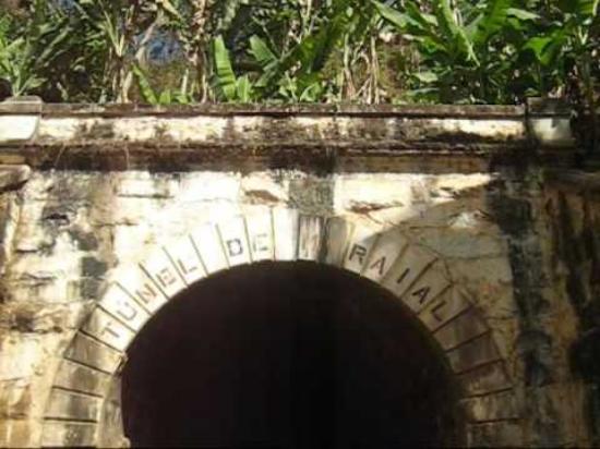 Maraial, PE: Túnel por onde passavam os trens.