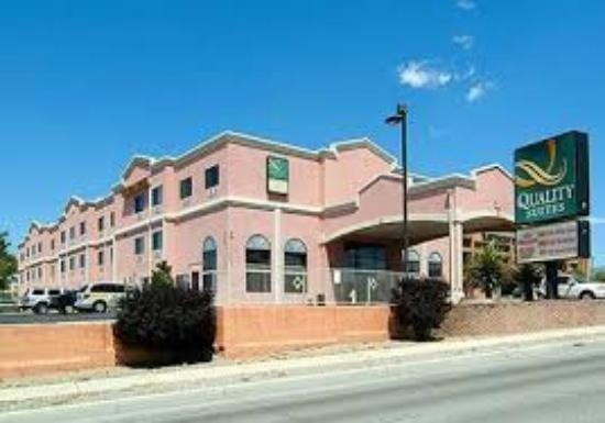 Quality Suites Albuquerque - Gibson Blvd: Hotel & grounds