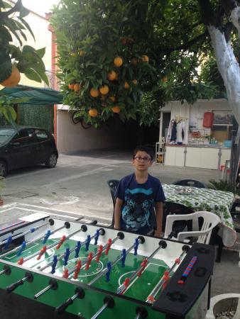 B&B Pompei Il Fauno : Football table in garden