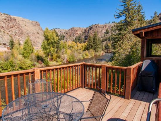 Three Rivers Resort: Deck on 4 Bedroom cabin on river