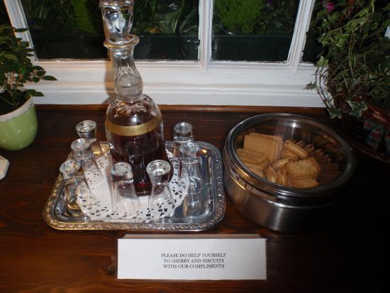 Virginia Cottage Guest House : Free Port and Biscuits!