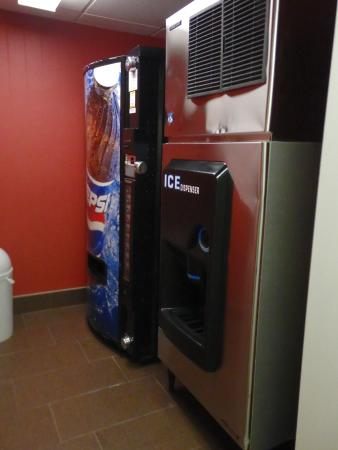 Hampton Inn Ft. Myers - Airport I-75: Near room 301 - Ice & drink distributor