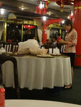 Phongmun Restaurant Sdn. Bhd: Die haben wirklich mitten im Lokal Knoblauch geschält