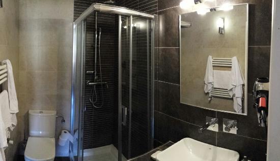 Hostal Tabanqueta Cuenca : Vista del baño, cuenta con secador de pelo, jabones, cepillo de dientes. El lavabo es amplio así