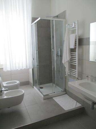 bagno - sanitari, doccia e termosifone verticale con pratici ganci ...